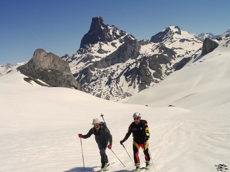 Juan y Gabi, rodeando el Pic Paradis, con el Midi imponente al fondo