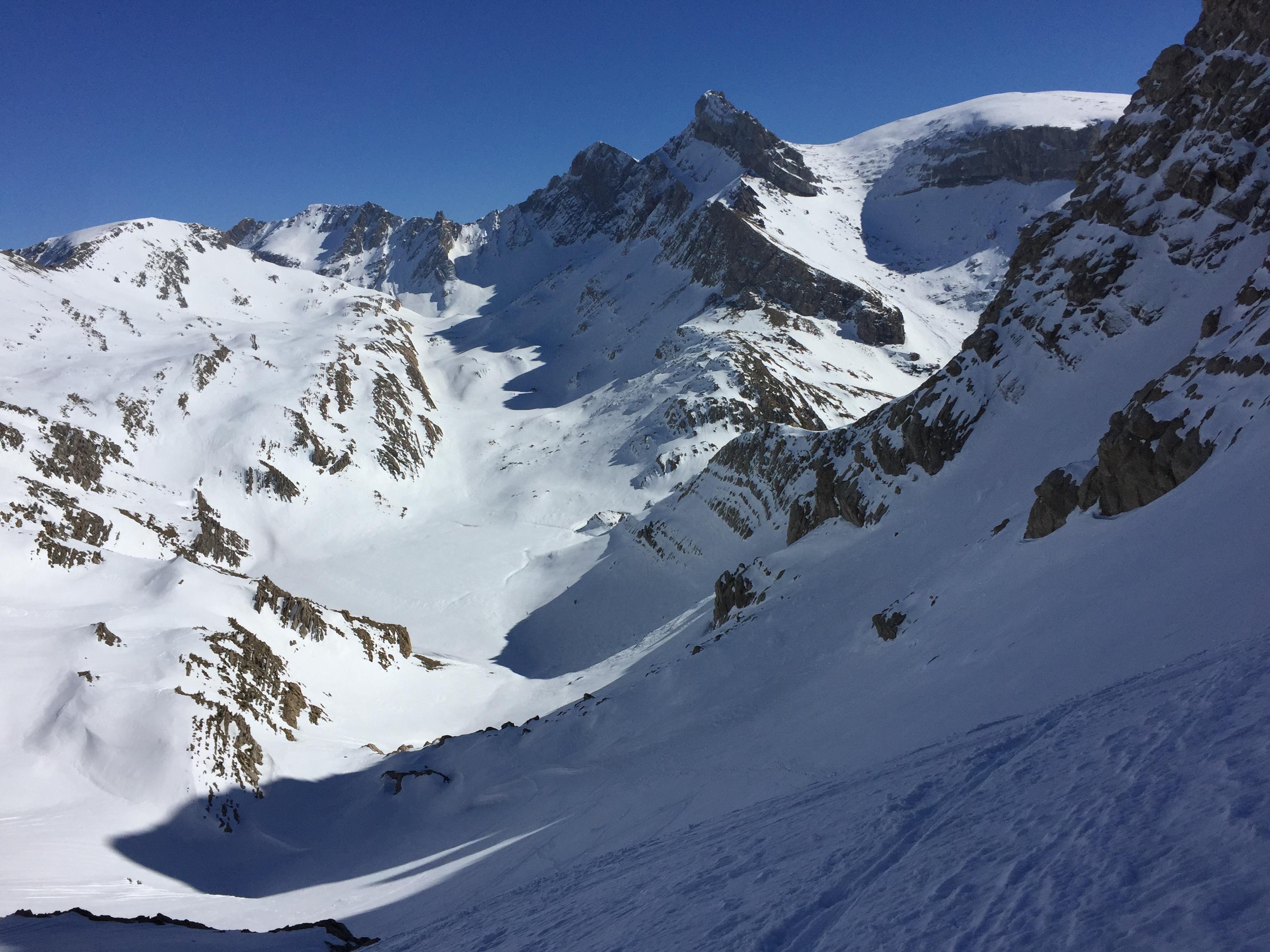 Vistazo atrás, desde la subida al Bisaurín. Vemos abajo la plana misereas y de frente el suave valle por el que bajamos esquiando con pieles