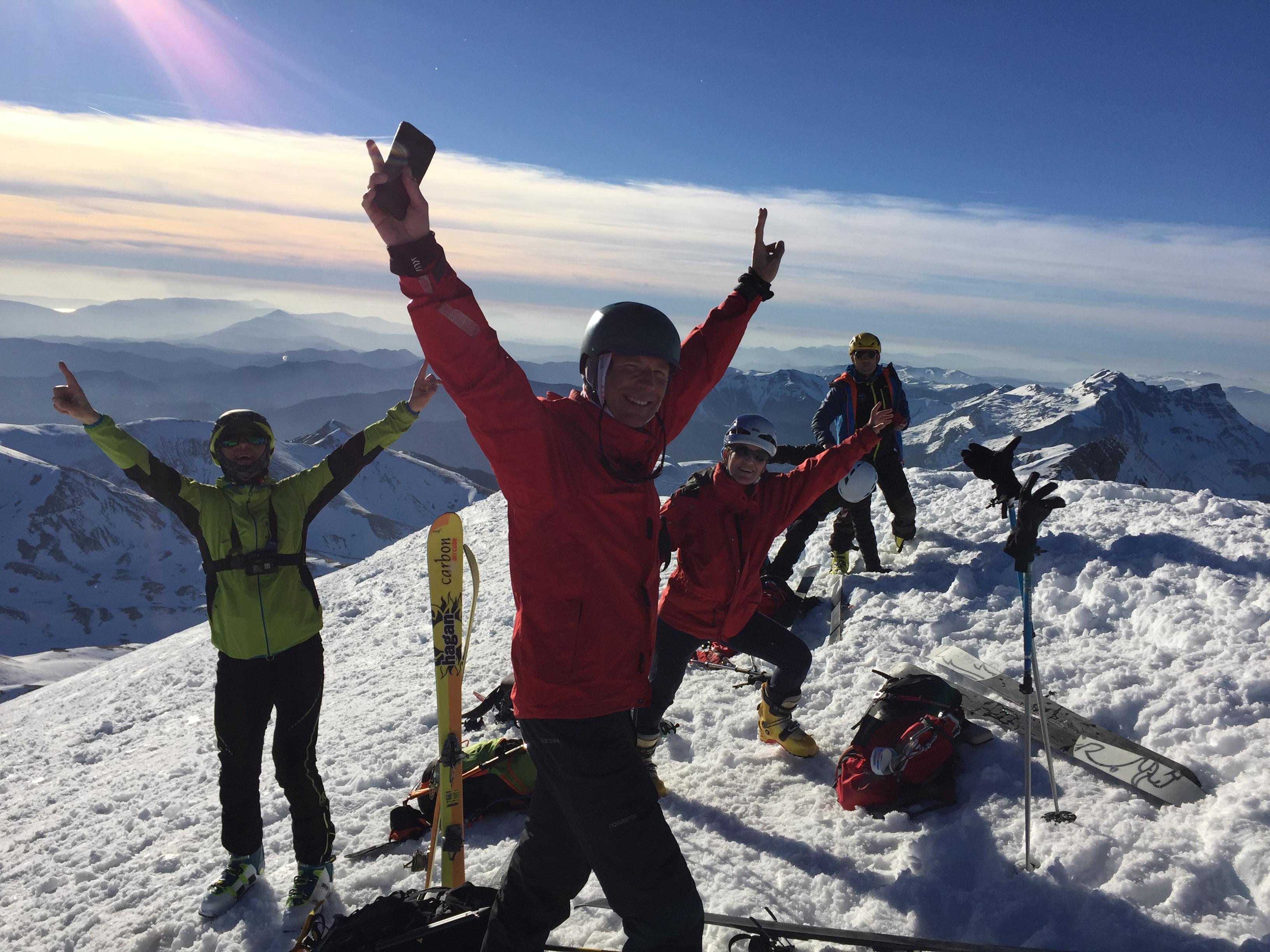 Robert, Adolfo, Santi (agachado) y Sherpaco, disfrutando con júbilo de la cumbre