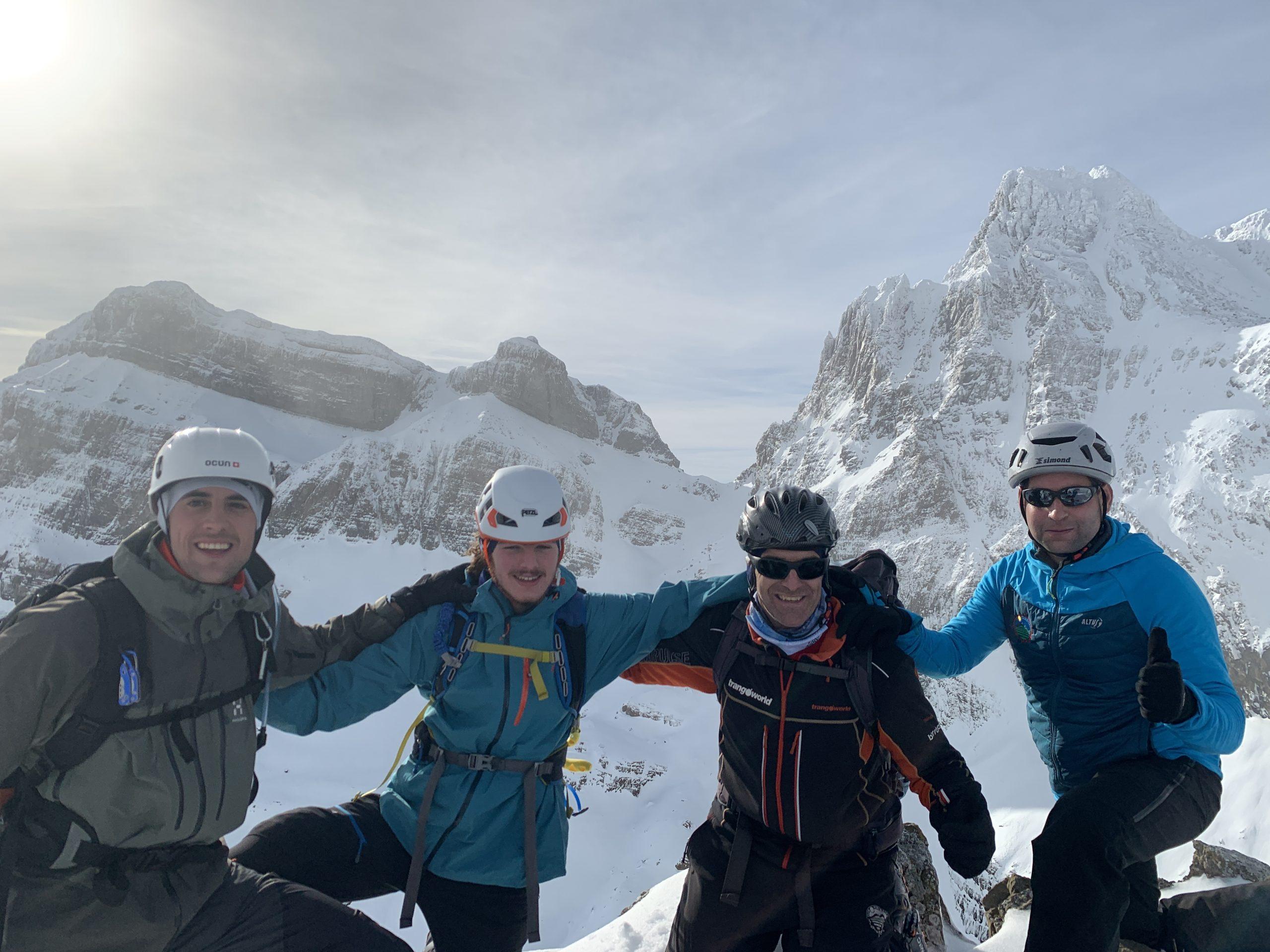 Espectacular vista dle Aspe desde la cima de Tuca Blanca. de izda. a dcha. Jorge, Ignacio, Pedro y J. J.
