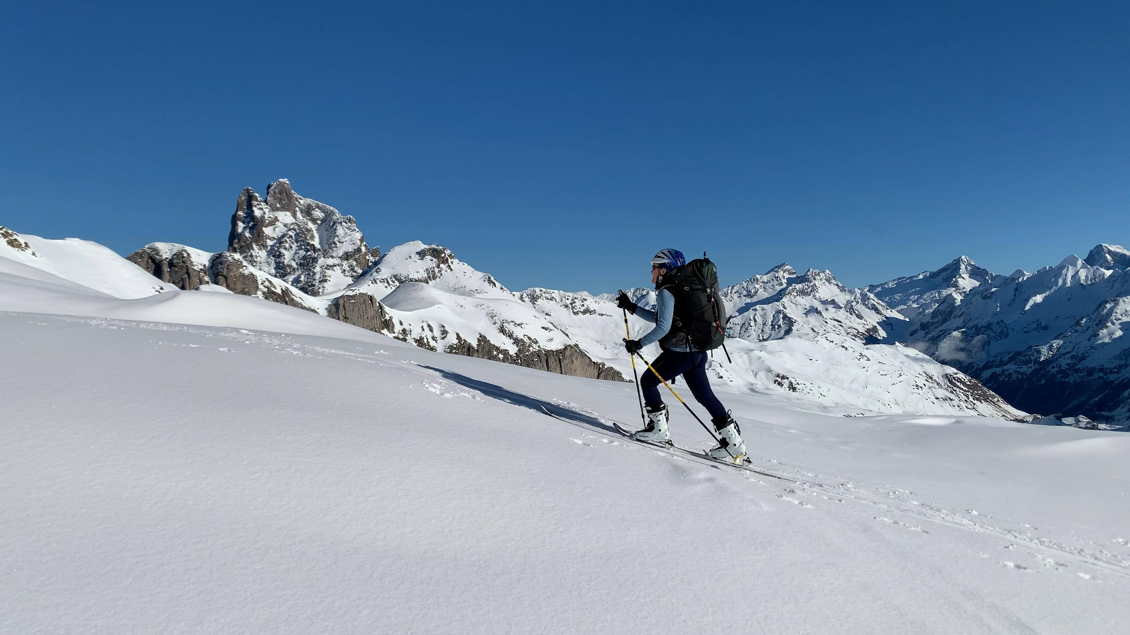 Subida al Pico Canalroya, con el Midi d'Ossau al fondo